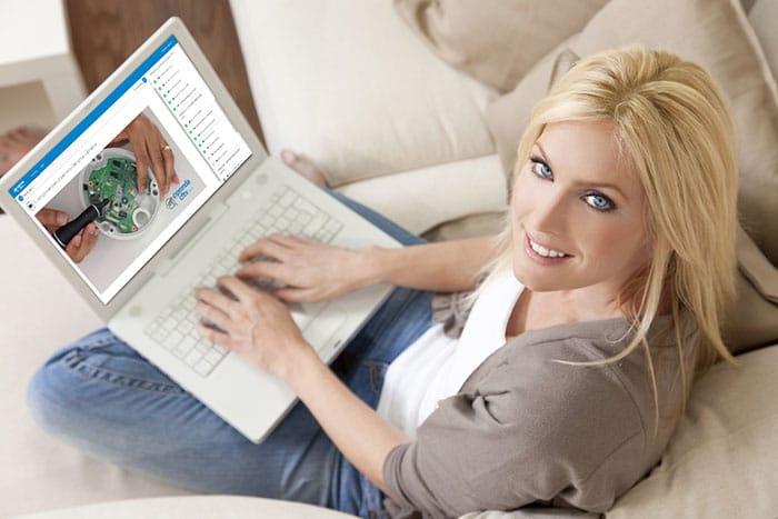 Vendo curso de CFTV no laptop