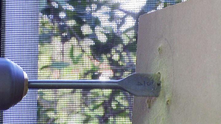 Furando a madeira para passar o cabo da câmera
