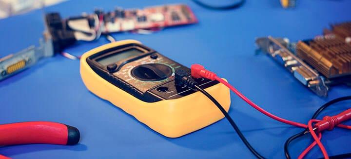 Mulíimetro digital para medir tensão
