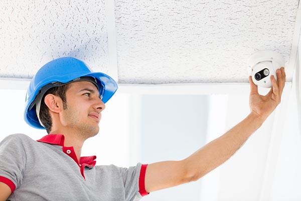 Instalação de câmera de segurança no teto