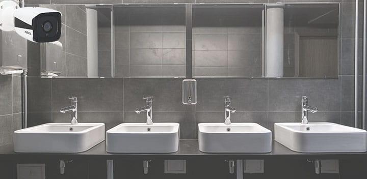 Câmeras de segurança em banheiros