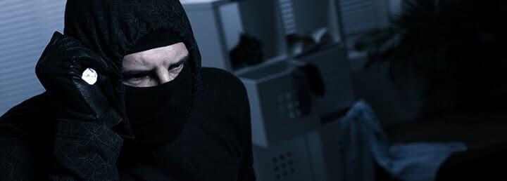 Ladrão mascarado dentro da casa