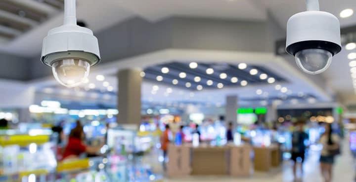 Câmeras de CFTV em um shopping