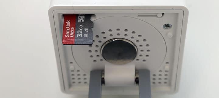 Insira o cartão Micro SD na Wyze Cam