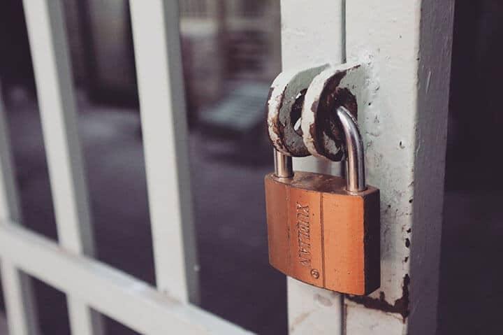 Porta trancada para evitar roubo em residências