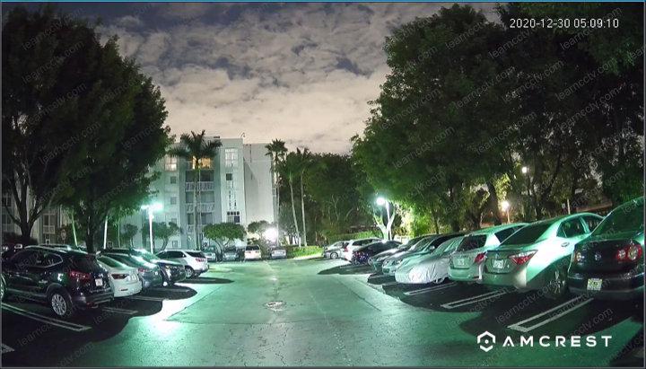 Câmera Amcrest em estacionamento escuro
